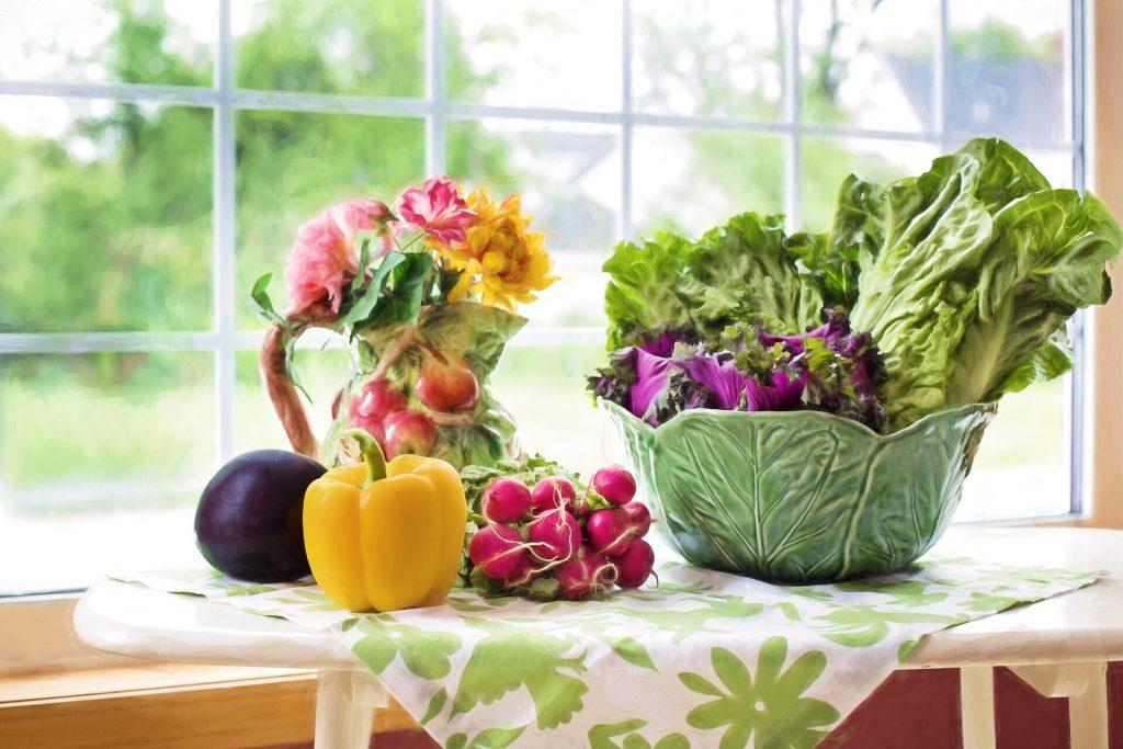 Salat und Dessert in Schichten